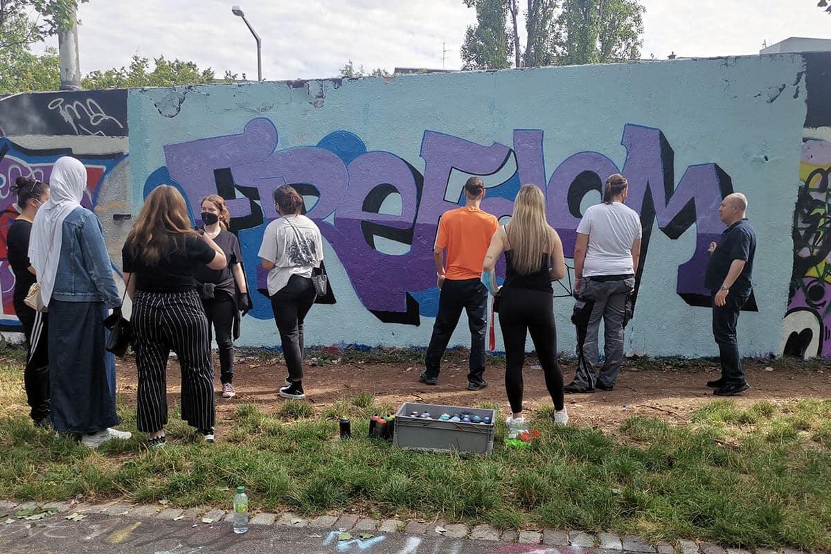 Zusammen mit der privaten Berufsschule ProGenius aus Stuttgart haben wir einen Graffiti Workshop mit den Schülern umgesetzt.