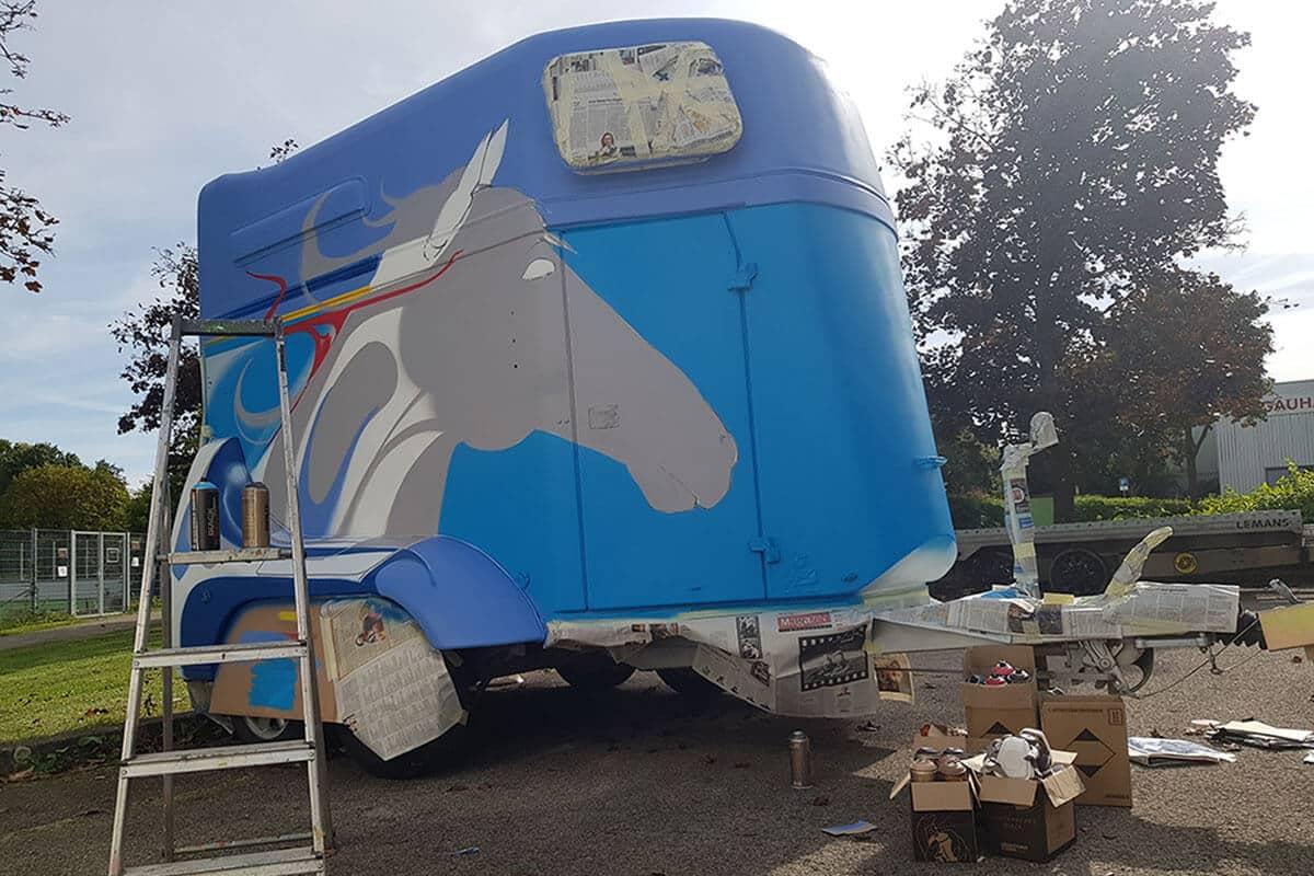 Für unseren Kunden aus Bondorf aus dem Landkreis Böblingen haben wir einen Pferdeanhänger gestaltet.