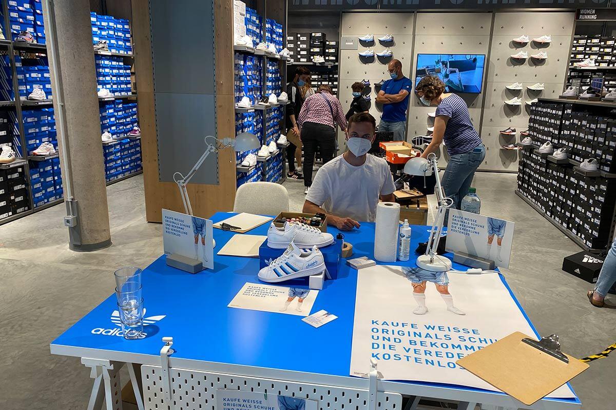 In Zusammenarbeiten mit cip marketing haben wir für das Adidas Outlet in Metzingen ein Customizing Event organisiert.
